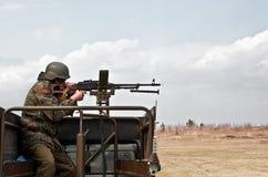 El soldado enciende una ametralladora imagenes de archivo