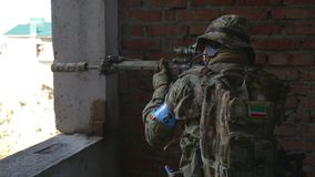 El soldado está teniendo como objetivo la blanco durante la misión metrajes
