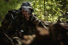 El soldado fuma después de batalla Imagen de archivo libre de regalías