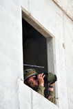 El soldado israelí mira a través de los vidrios de un campo Imagenes de archivo