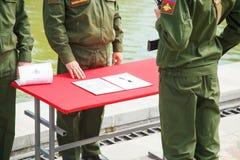 El soldado joven jura un juramento a la patria Foto de archivo