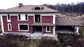 El soldado militar de la visión aérea que se colocaba en el tejado destruyó el edificio en pueblo de la cabaña almacen de metraje de vídeo