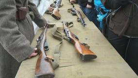 El soldado muestra las armas de la Segunda Guerra Mundial metrajes