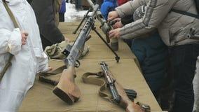 El soldado muestra las armas de la Segunda Guerra Mundial almacen de video