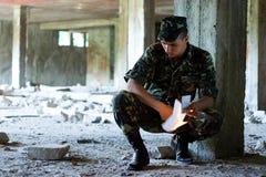 El soldado quema una carta Foto de archivo libre de regalías