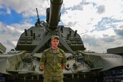 El soldado se coloca delante del obús automotor foto de archivo libre de regalías