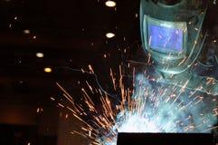 El soldador eléctrico elabora cerveza el acero en la fábrica foto de archivo