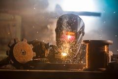 El soldador es pieza de metal de soldadura en f?brica fotos de archivo libres de regalías