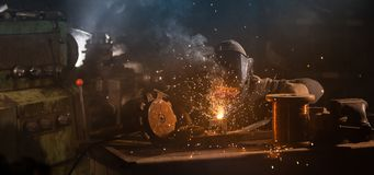 El soldador es pieza de metal de soldadura en f?brica imagenes de archivo