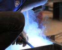 El soldador está soldando con autógena la placa de acero Foto de archivo