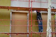 El soldador funciona en el edificio de una casa Fotografía de archivo libre de regalías