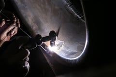 el soldador repara la rueda de coche de aluminio foto de archivo