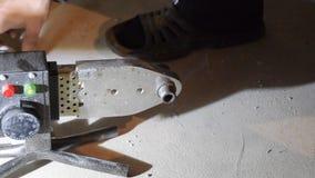 El soldar de tubos plásticos con un soldador metrajes