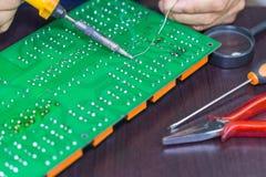 El soldar en placa de circuito imagenes de archivo