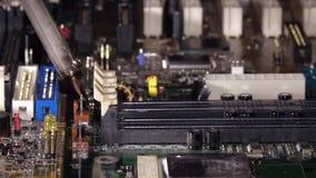 El soldar a una placa de circuito de un cierre del ordenador para arriba almacen de metraje de vídeo