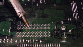 El soldar a una placa de circuito de un cierre del ordenador para arriba almacen de video