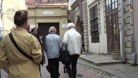 El solista y el guitarrista se realizan en gente de ciudad de la forma del callej?n 4K metrajes