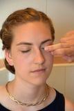 El sombreador de ojos se aplica con la yema del dedo Imagenes de archivo