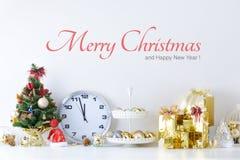 El sombrero de la Feliz Año Nuevo, de la Navidad, de Santa Claus con las bolas de la celebración y la otra decoración Imagen de archivo