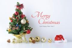 El sombrero de la Feliz Año Nuevo, de la Navidad, de Santa Claus con las bolas de la celebración y la otra decoración Foto de archivo