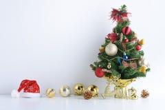 El sombrero de la Feliz Año Nuevo, de la Navidad, de Santa Claus con las bolas de la celebración y la otra decoración Fotos de archivo