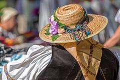 El sombrero de paja adornó al rumano tradicional Foto de archivo