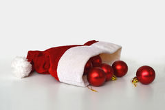 El sombrero de Papá Noel y bolas de la Navidad Imagenes de archivo