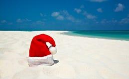 El sombrero de Santa está en una playa Imagen de archivo