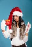 El sombrero del ayudante de santa de la muchacha del invierno sostiene la taza roja Fotos de archivo