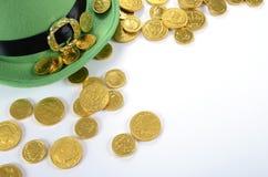 El sombrero del duende del día del St Patricks con el chocolate del oro acuña Imagenes de archivo