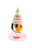 El sombrero del partido del conejillo de Indias que desgasta está comiendo una torta Imagen de archivo libre de regalías