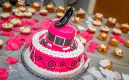 El sombrero formó la torta de cumpleaños con el zapato de la bomba de Chlorofram como corona Imagenes de archivo