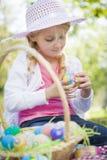 El sombrero que lleva de la chica joven linda goza de sus huevos de Pascua Imagenes de archivo