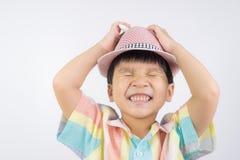 El sombrero que lleva del muchacho asiático se subraya hacia fuera Foto de archivo libre de regalías