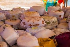 El sombrero tradicional de los hombres de los musulmanes en el mercado malasia imagen de archivo libre de regalías