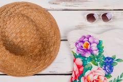 El sombrero, traje de baño, gafas de sol se cierra para arriba Fotos de archivo libres de regalías