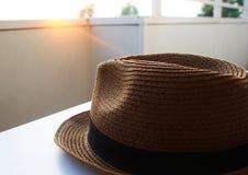 El sombrero, verano, balcón, se relaja, puesta del sol Fotografía de archivo libre de regalías