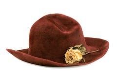 El sombrero viejo y se levantó Fotos de archivo libres de regalías