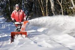 El soplar de la nieve de la calzada Fotografía de archivo libre de regalías