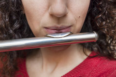 El soplar en la flauta foto de archivo