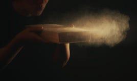 El soplar saca el polvo apagado del libro viejo Fotos de archivo libres de regalías