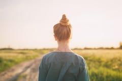 El soporte adolescente de la muchacha en el camino rural tiró de la parte posterior Imagen de archivo libre de regalías