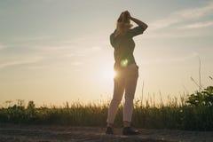 El soporte adolescente femenino de la muchacha en los campos copia el For Your Information del espacio Fotografía de archivo libre de regalías