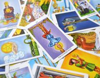 El soporte colgado de la entrega de la reflexión de la carta de tarot del hombre fuera de la imagen stock de ilustración