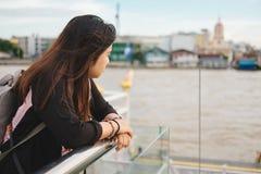 El soporte de la mujer joven solamente en la orilla y ella que mira paisaje compiten Foto de archivo libre de regalías