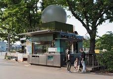 El soporte de la salchicha de Wuerstelstand delante del Prater en Viena, Austria Fotografía de archivo
