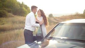 El soporte de novia y del novio cerca del coche en una boda camina almacen de metraje de vídeo