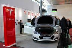 El soporte de Tesla viaja en automóvili el 20 de marzo de 2015 Imagen de archivo
