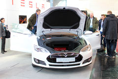 El soporte de Tesla viaja en automóvili el 20 de marzo de 2015 Imagenes de archivo