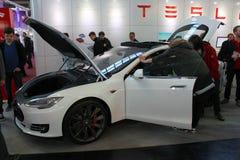 El soporte de Tesla viaja en automóvili el 20 de marzo de 2015 Foto de archivo libre de regalías